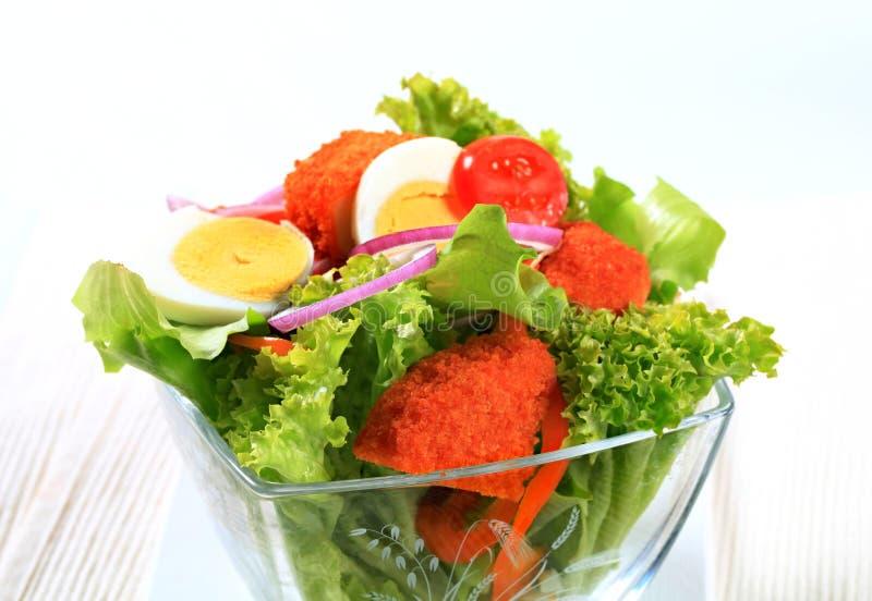 Verse salade met gebraden gepaneerd kaas en ei stock afbeeldingen