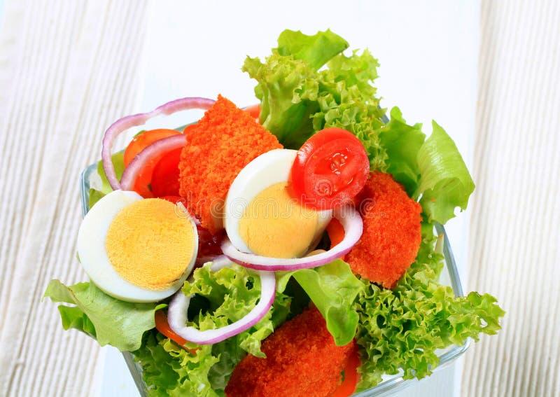 Verse salade met gebraden gepaneerd kaas en ei royalty-vrije stock foto