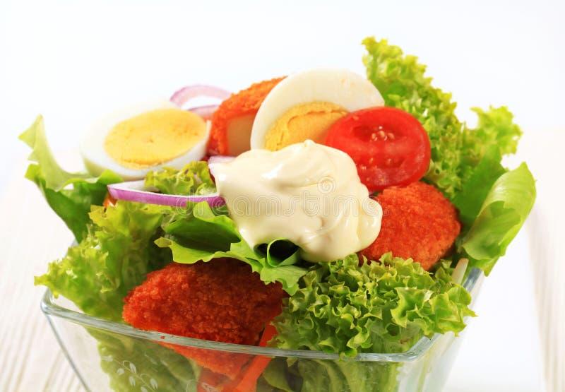 Verse salade met gebraden gepaneerd kaas en ei royalty-vrije stock fotografie