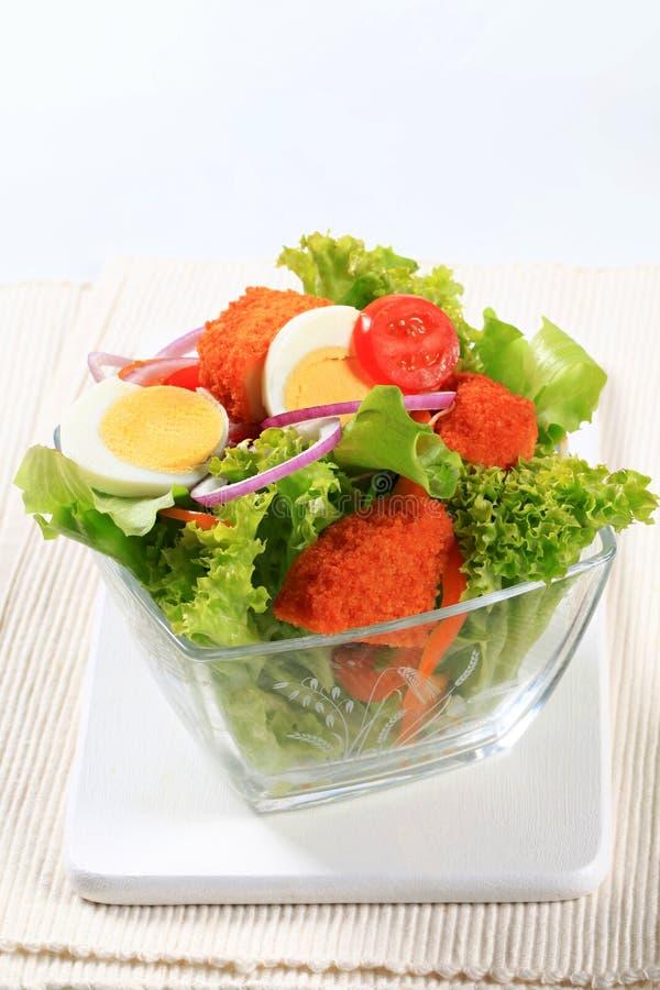 Verse salade met gebraden gepaneerd kaas en ei royalty-vrije stock afbeeldingen