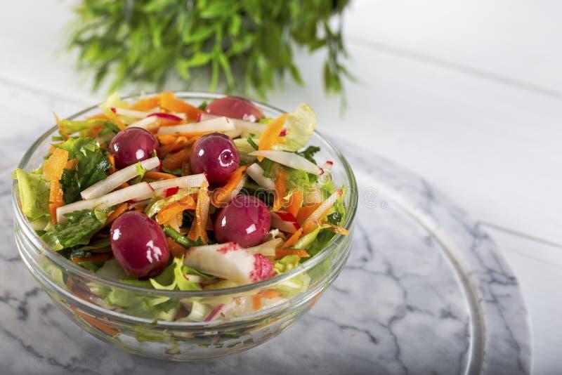 Verse salade met verse groenten en olijven royalty-vrije stock afbeelding