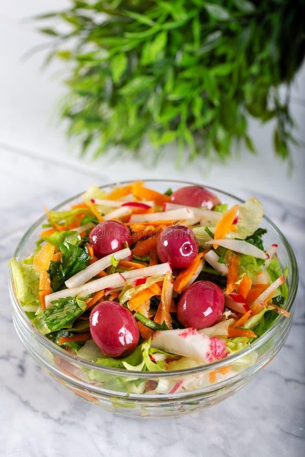 Verse salade met verse groenten en olijven royalty-vrije stock afbeeldingen