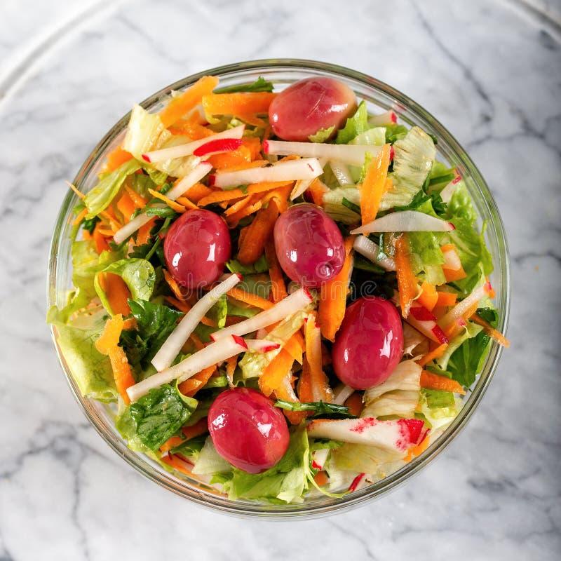 Verse salade met verse groenten en olijven royalty-vrije stock fotografie