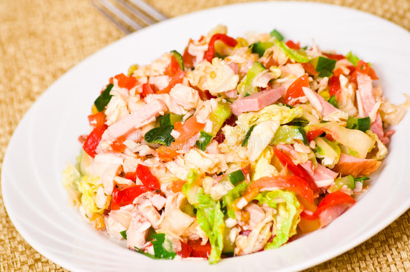 Verse salade met kip, ham en groenten stock fotografie