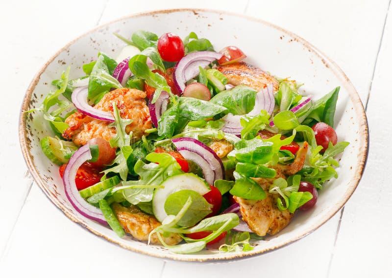 Verse salade met kip Het gezonde Eten royalty-vrije stock afbeeldingen