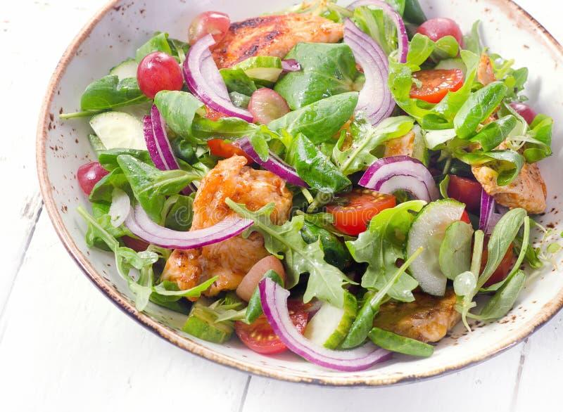 Verse salade met kip Het gezonde Eten Mening van hierboven stock foto's