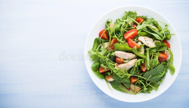 Verse salade met kip, tomaat en greens (spinazie, arugula) royalty-vrije stock afbeelding