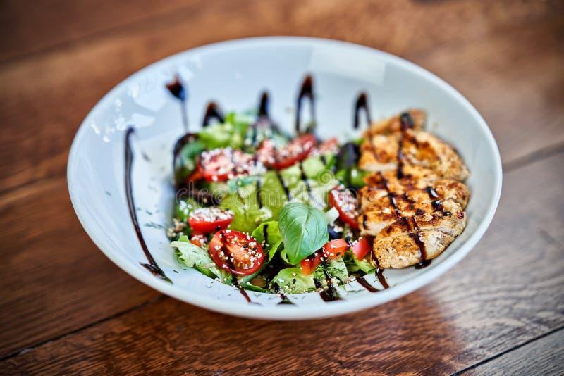 Verse salade met kippenborst en tomaat Hoogste mening stock foto's