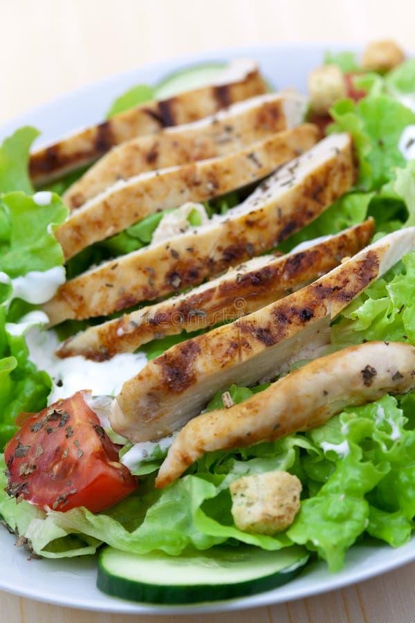 Verse salade met kippenborst, sla en tomaat stock fotografie