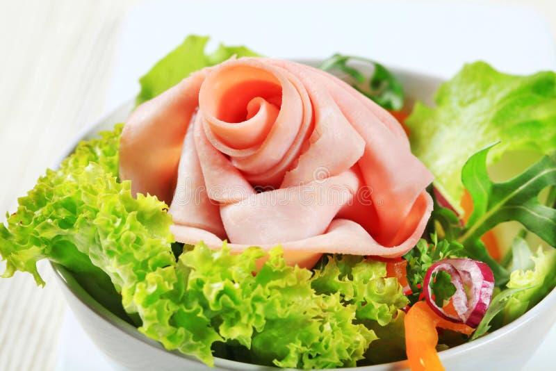 Verse salade met plakken van ham stock fotografie
