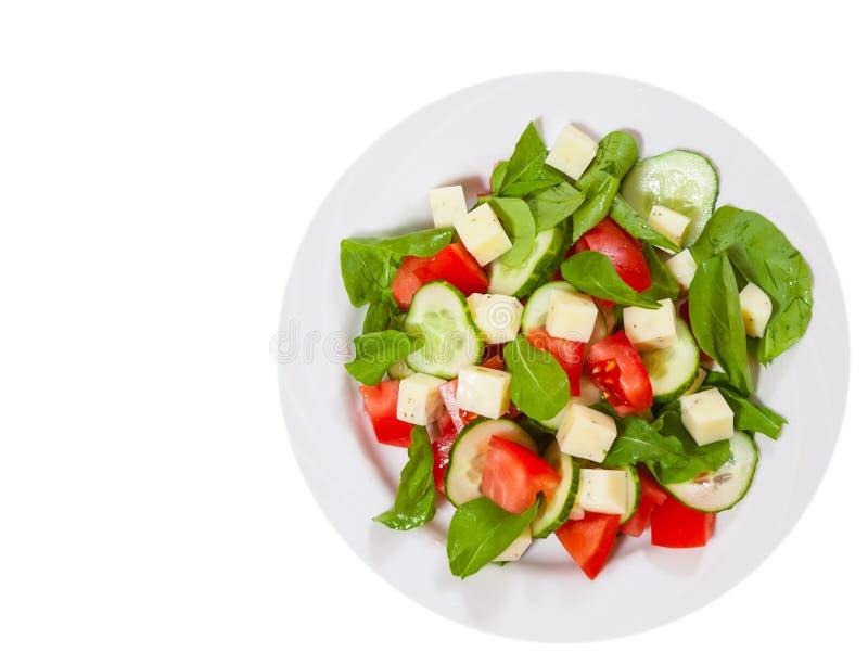 Verse salade met tomaten, arugula, komkommer en kaaskubussen Hoogste mening Geïsoleerde royalty-vrije stock afbeeldingen