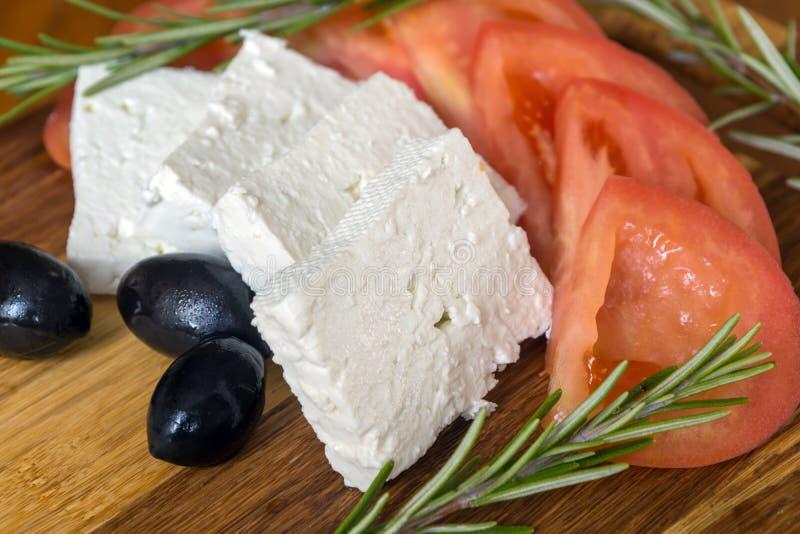 Verse salade met tomaten, feta-kaas en olijf stock afbeeldingen