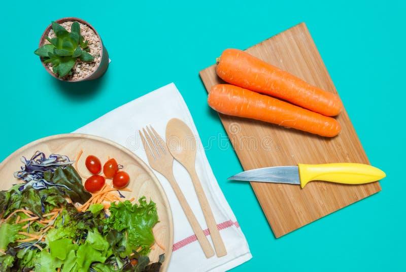 Verse salade met vruchten en greens op blauwe hoogste mening als achtergrond Gezond voedsel eet schoon concept Vlak leg royalty-vrije stock foto's
