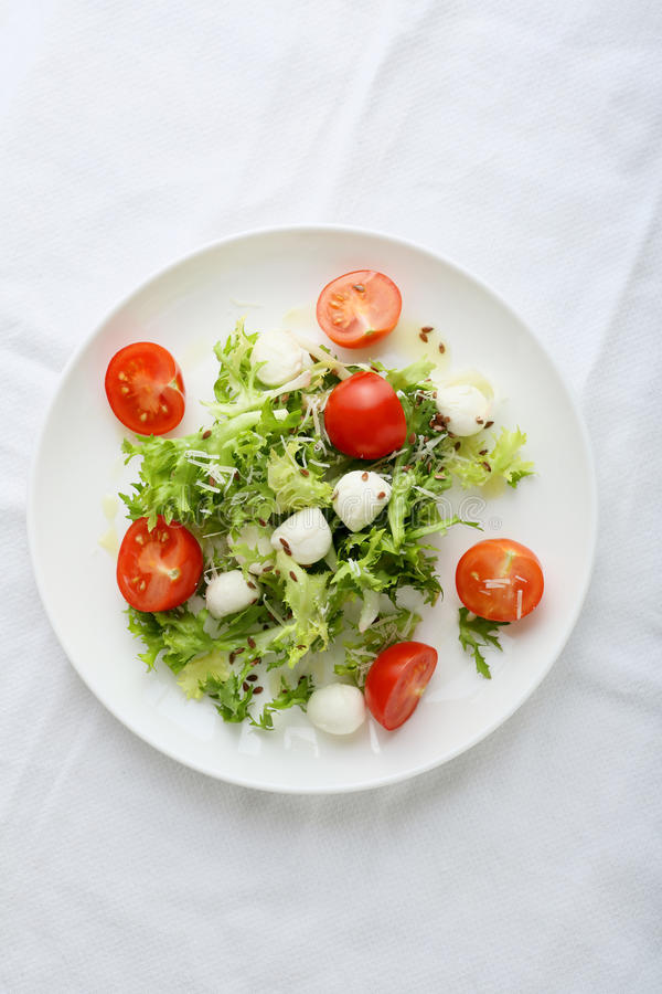 Verse salade op witte plaat royalty-vrije stock foto's