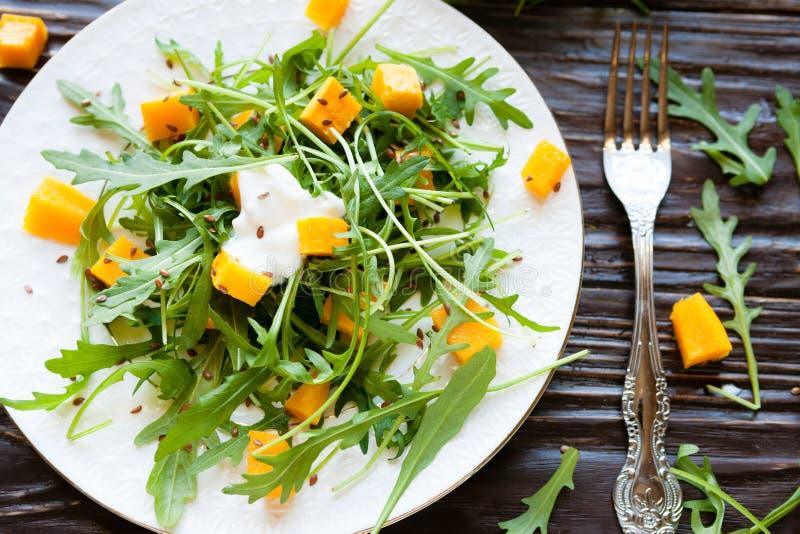 Verse salade van geroosterde pompoen en yoghurt royalty-vrije stock foto