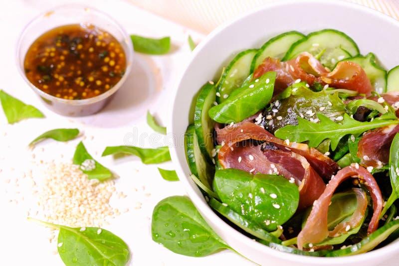 Verse salade van greens en ham royalty-vrije stock afbeeldingen