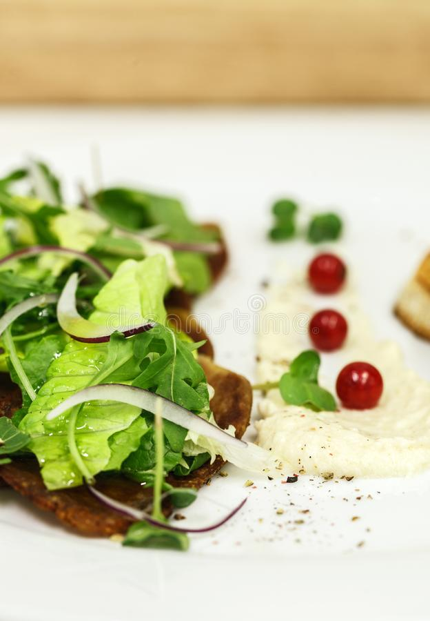 Verse salade van rundvleestong stock afbeeldingen