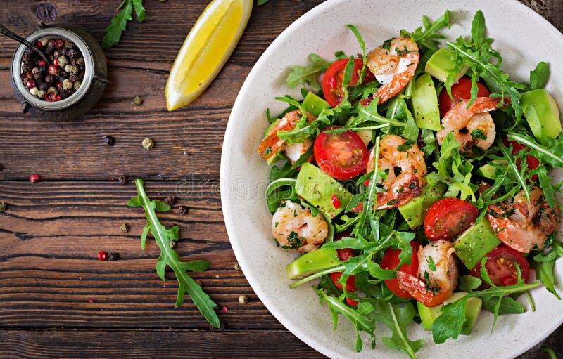 Verse saladekom met garnalen, tomaat, avocado en arugula stock afbeeldingen