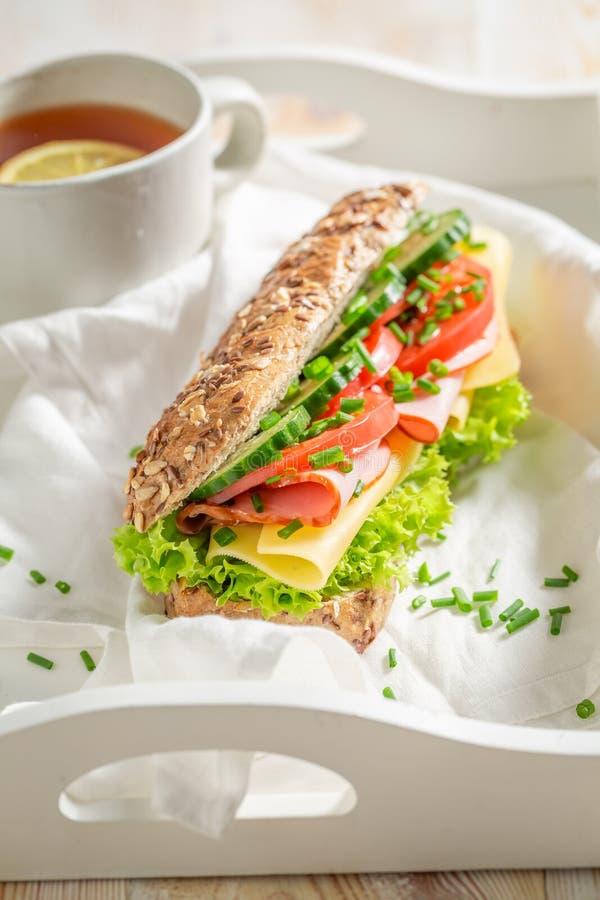 Verse sandwich met ham, lettue en bieslook voor ontbijt stock fotografie