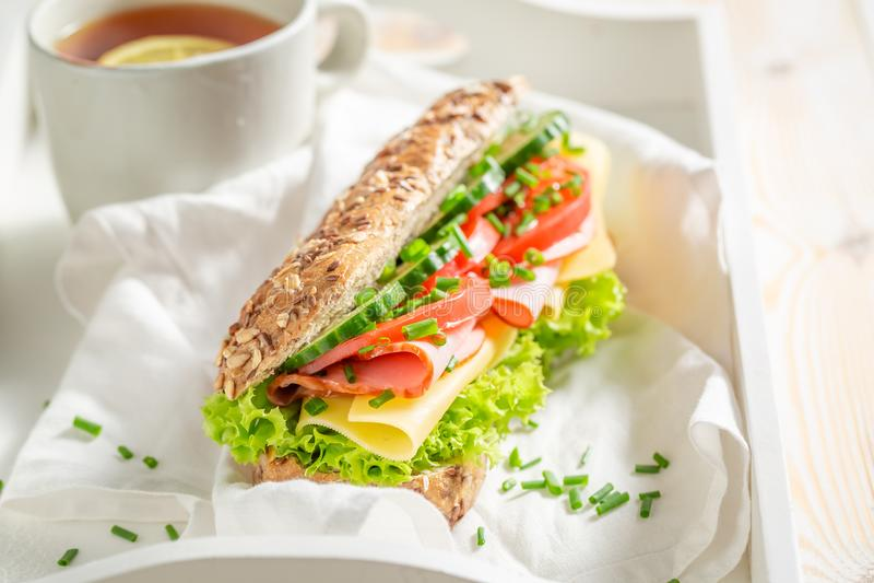 Verse sandwich met kaas, ham en komkommer voor ontbijt stock afbeelding