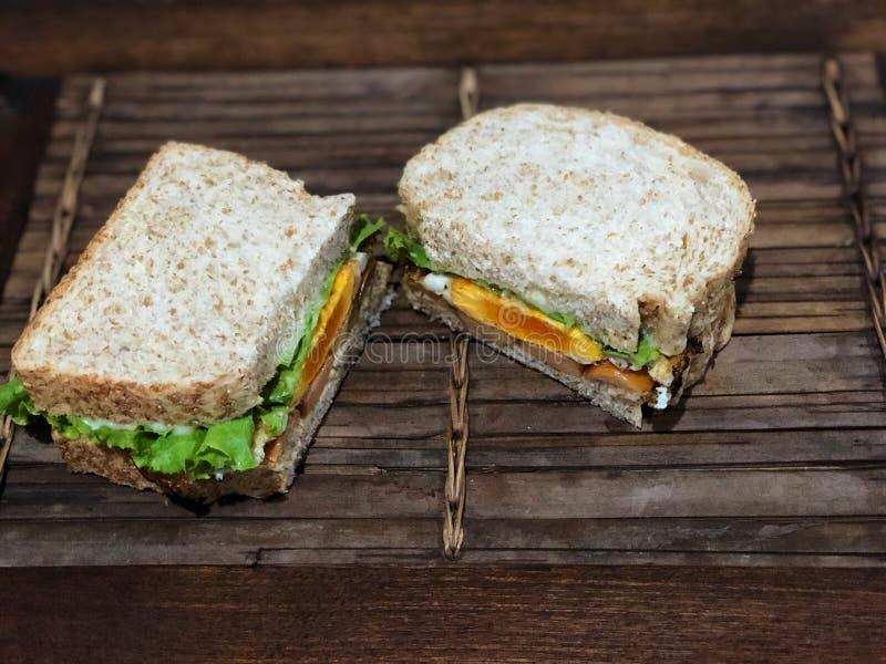 Verse sandwich op de houten lijst, Heerlijk ontbijt royalty-vrije stock foto
