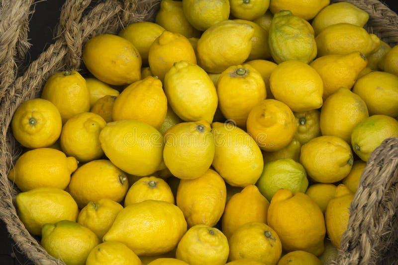 Verse sappige citroenen binnen een rieten mand royalty-vrije stock afbeeldingen