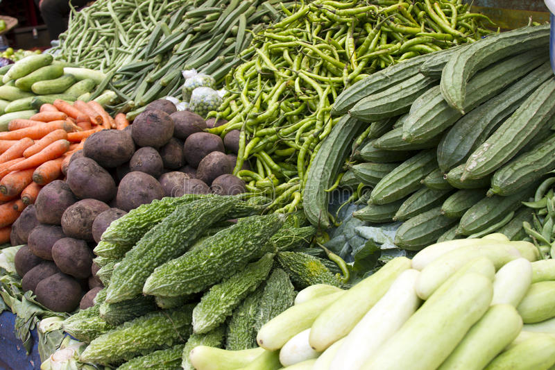 Verse sappige groenten, aubergine, komkommer, bonen op een teller in de Indische markt Goa stock foto's
