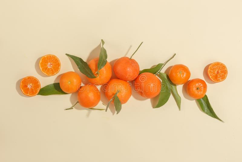 Verse sappige mandarijnen op een gele achtergrond De zomerstemming, gezond voedsel Hoogste mening royalty-vrije stock foto