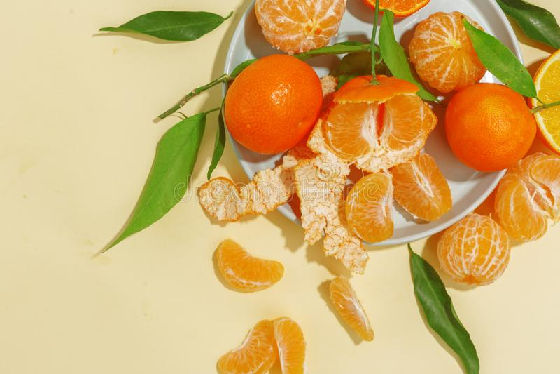 Verse sappige mandarijnen op een gele achtergrond De zomerstemming, gezond voedsel Hoogste mening royalty-vrije stock fotografie