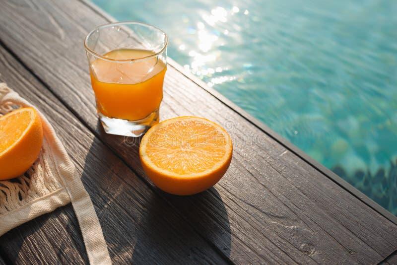 Verse sinaasappel en reeks het strandtoebehoren van de de zomermanier royalty-vrije stock foto's
