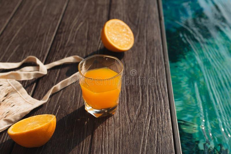 Verse sinaasappel en reeks het strandtoebehoren van de de zomermanier royalty-vrije stock afbeeldingen
