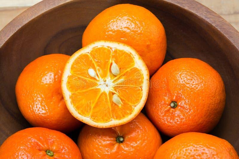 Verse sinaasappelen in houten kom royalty-vrije stock foto's