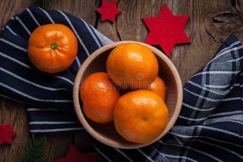 Verse sinaasappelen in houten kom stock afbeelding
