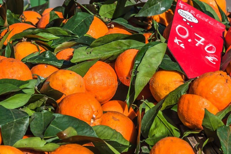Verse sinaasappelen voor verkoop op beroemde landbouwersmarkt in Sineu, Majorca royalty-vrije stock foto's
