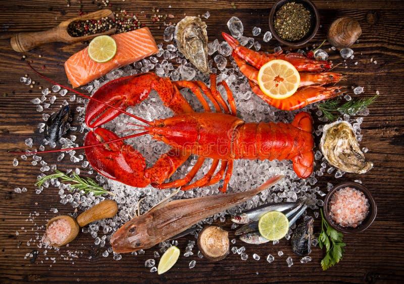 Verse smakelijke die zeevruchten op oude houten lijst worden gediend royalty-vrije stock afbeeldingen