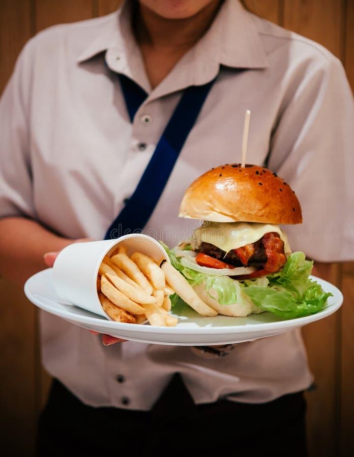 Verse smakelijke grote kaasblt hamburger met frieten op wit p stock fotografie