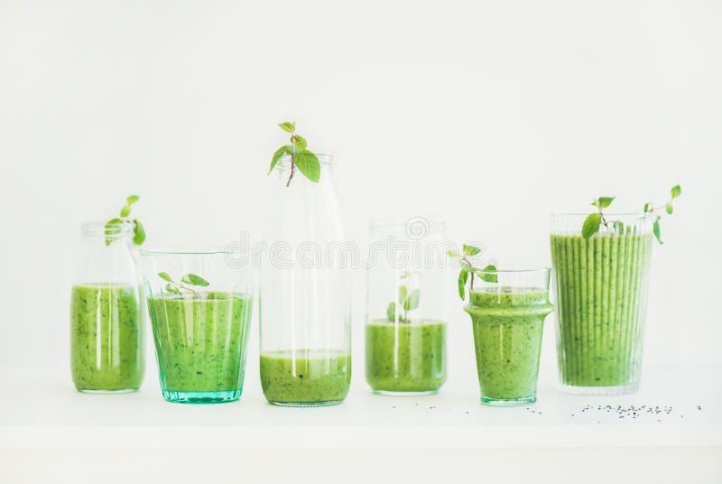 Verse smoothie of het sap van ochtendmatcha groene in glazen met munt stock foto