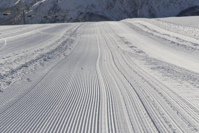 Verse sneeuw groomer sporen op een ski piste royalty-vrije stock foto's