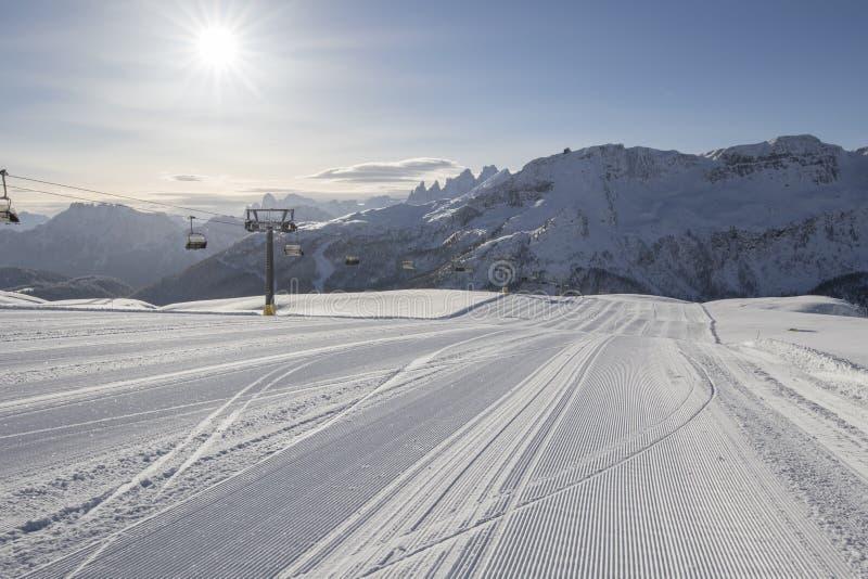 Verse sneeuw groomer sporen op een ski piste royalty-vrije stock afbeelding