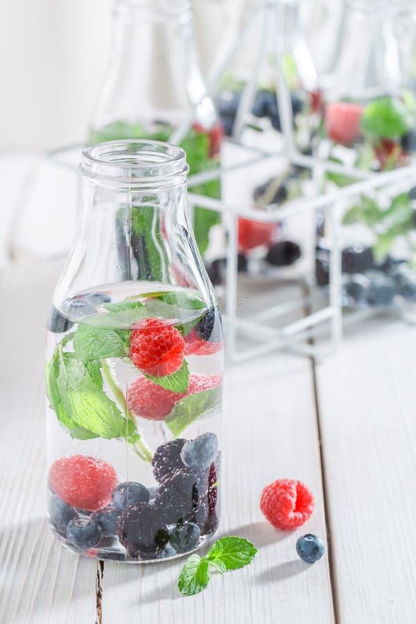 Verse soda in fles met bessen stock foto