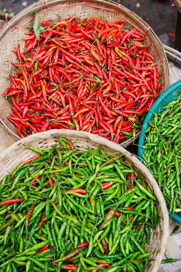 Verse Spaanse pepers bij de markt stock foto's