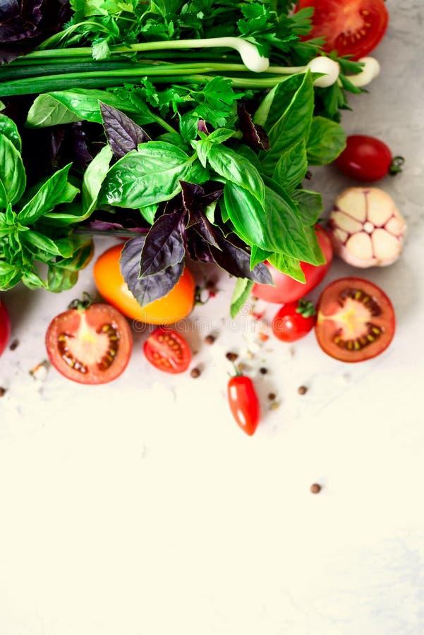 Verse spinazie, groene ui, basilicum, kruiden, dille en tomaten op grijze concrete achtergrond, selectieve nadruk Hoogste mening  royalty-vrije stock foto's