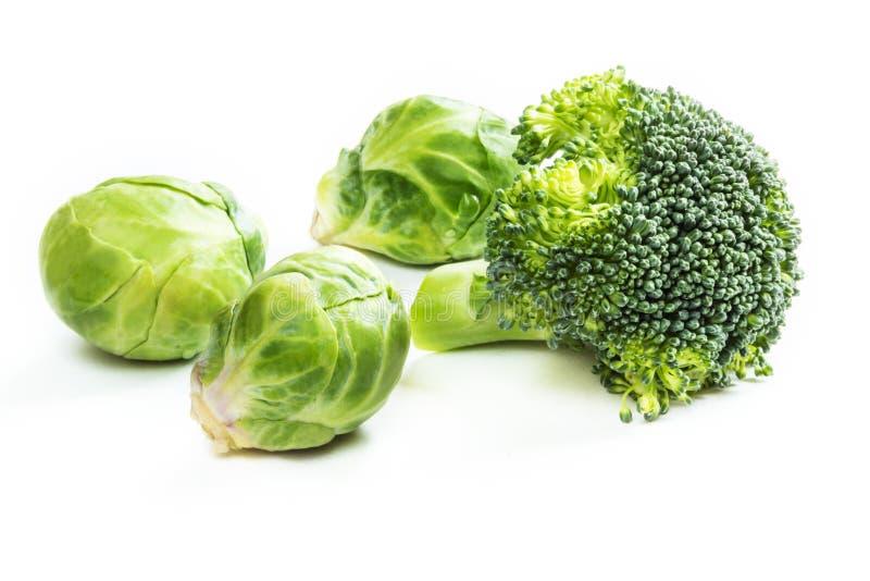 Verse spruitjes en broccoli op witte achtergrond stock fotografie