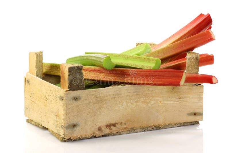 Verse stammen van rabarber in een houten doos stock fotografie