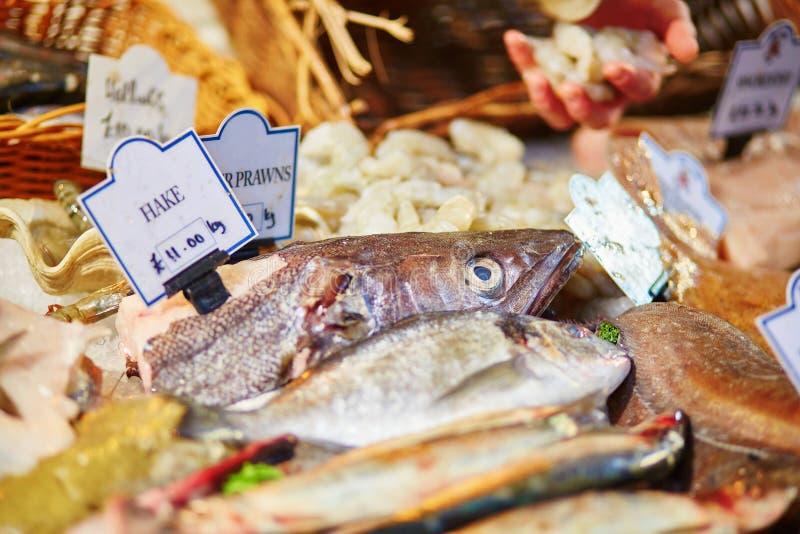 Verse stokvissen op de vissenmarkt van Londen stock foto's