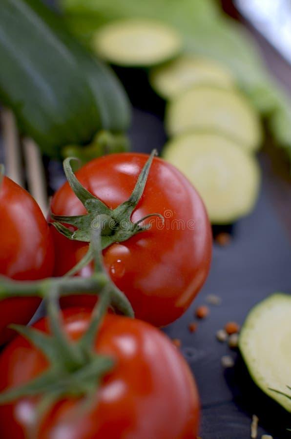 Verse tomaten, courgette, sla op een houten lijst royalty-vrije stock foto's