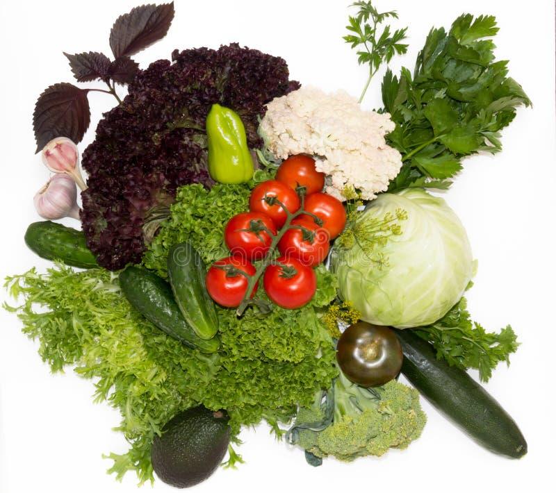 Verse tomaten en Spaanse pepers op de groene koolzaadachtergrond royalty-vrije stock fotografie