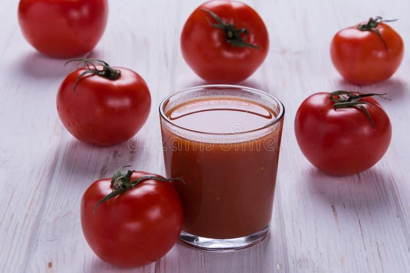 Verse tomaten op de groene koolzaadachtergrond royalty-vrije stock afbeeldingen