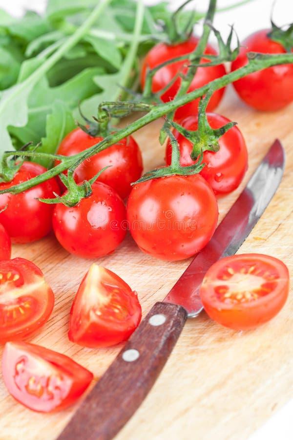 Verse tomaten, rucola en oud mes stock afbeelding