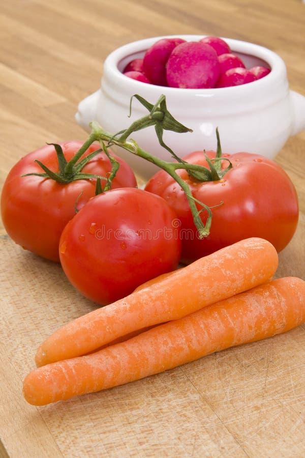 Verse tomaten, wortel en radijs stock fotografie